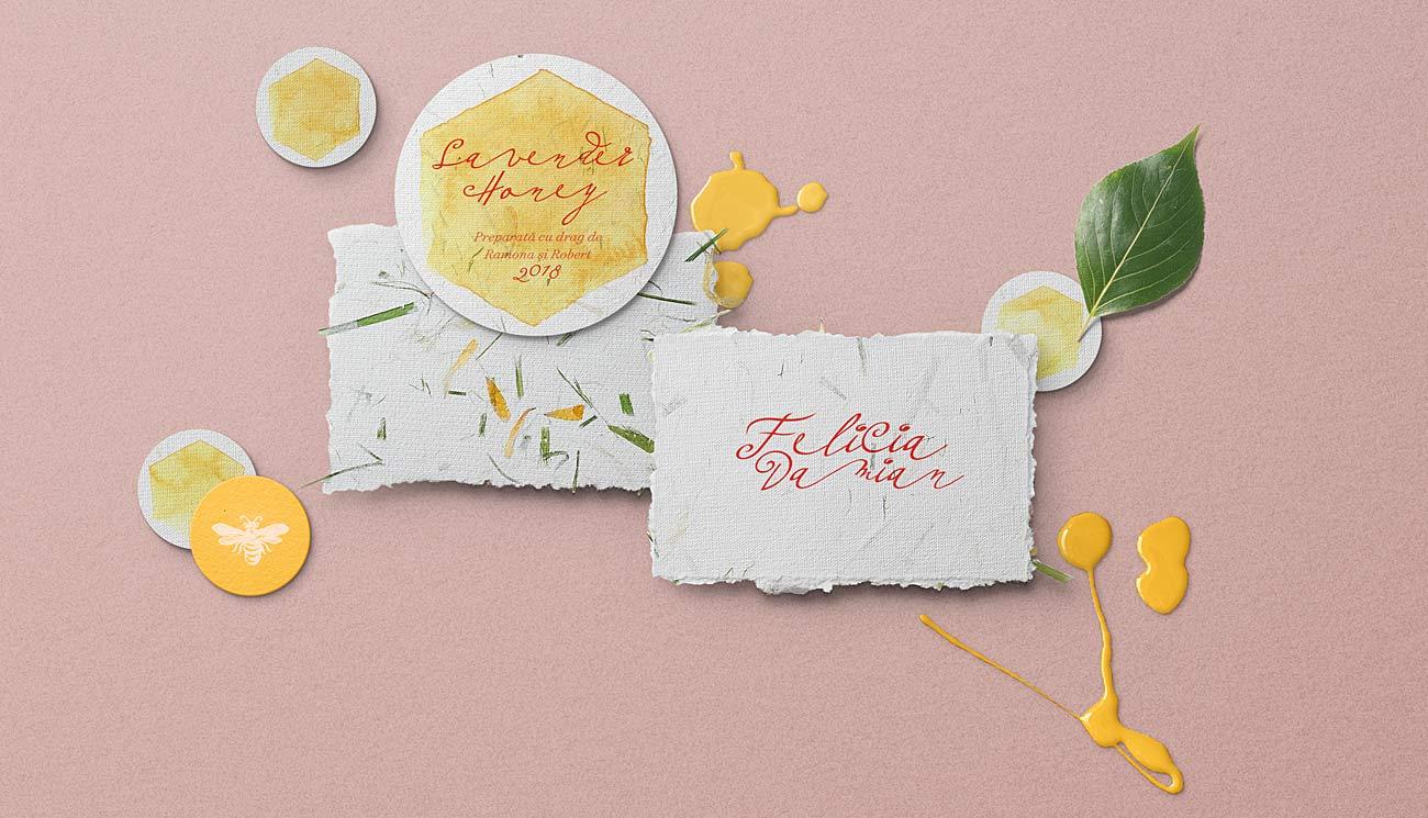 Invitatie de botez din hartie manuala ilustrata cu flori si albinute. Hartia manuala contine fibre naturale de iarba.