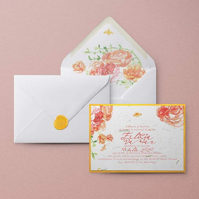 Invitatie de botez din hartie manuala ilustrata cu flori roz si albine. Hartia manuala contine fibre naturale de iarba. Invitatie cu sigiliu de ceara