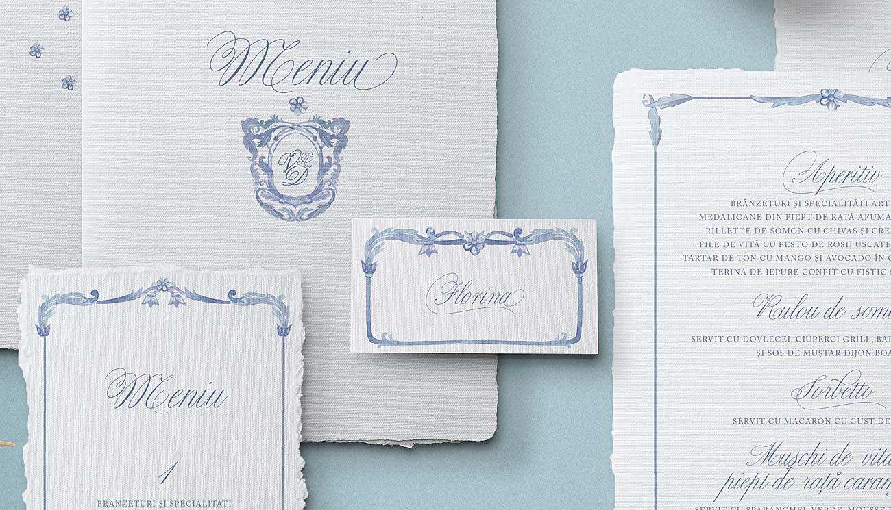 Royal Blue este o invitatie eleganta prin simplitatea ei - emblema pictata in acuarela printata pe hartie manuala alba cu textura si margini naturale