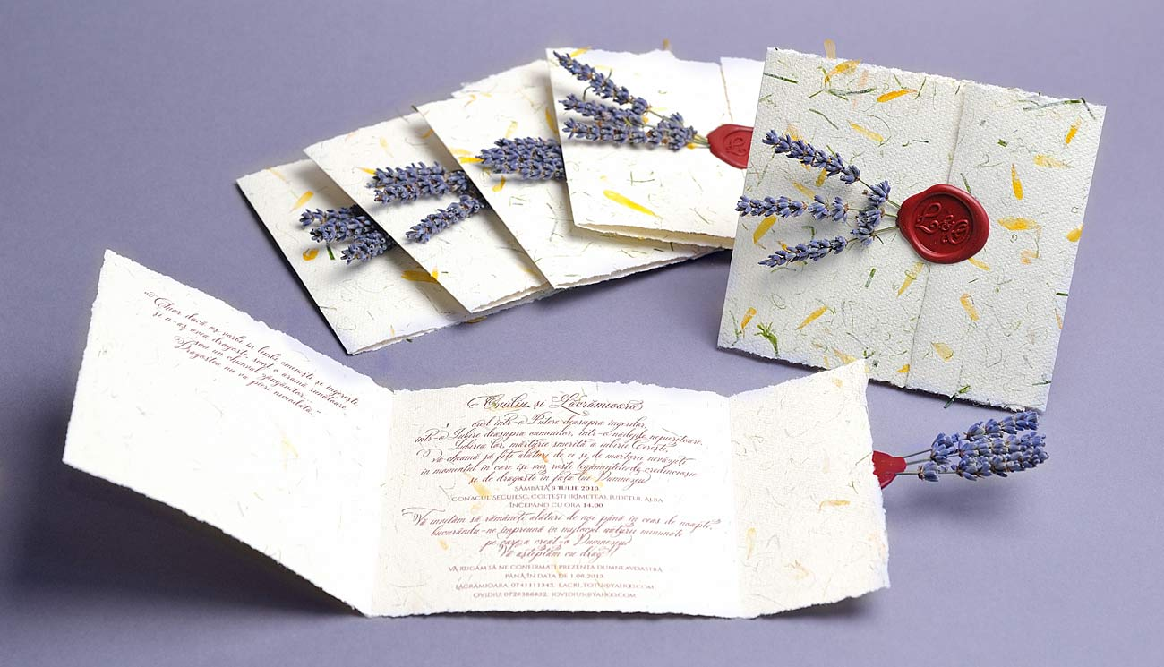 Invitatii cu lavanda din hartie manuala cu sigiliu de ceara gravat cu monograma