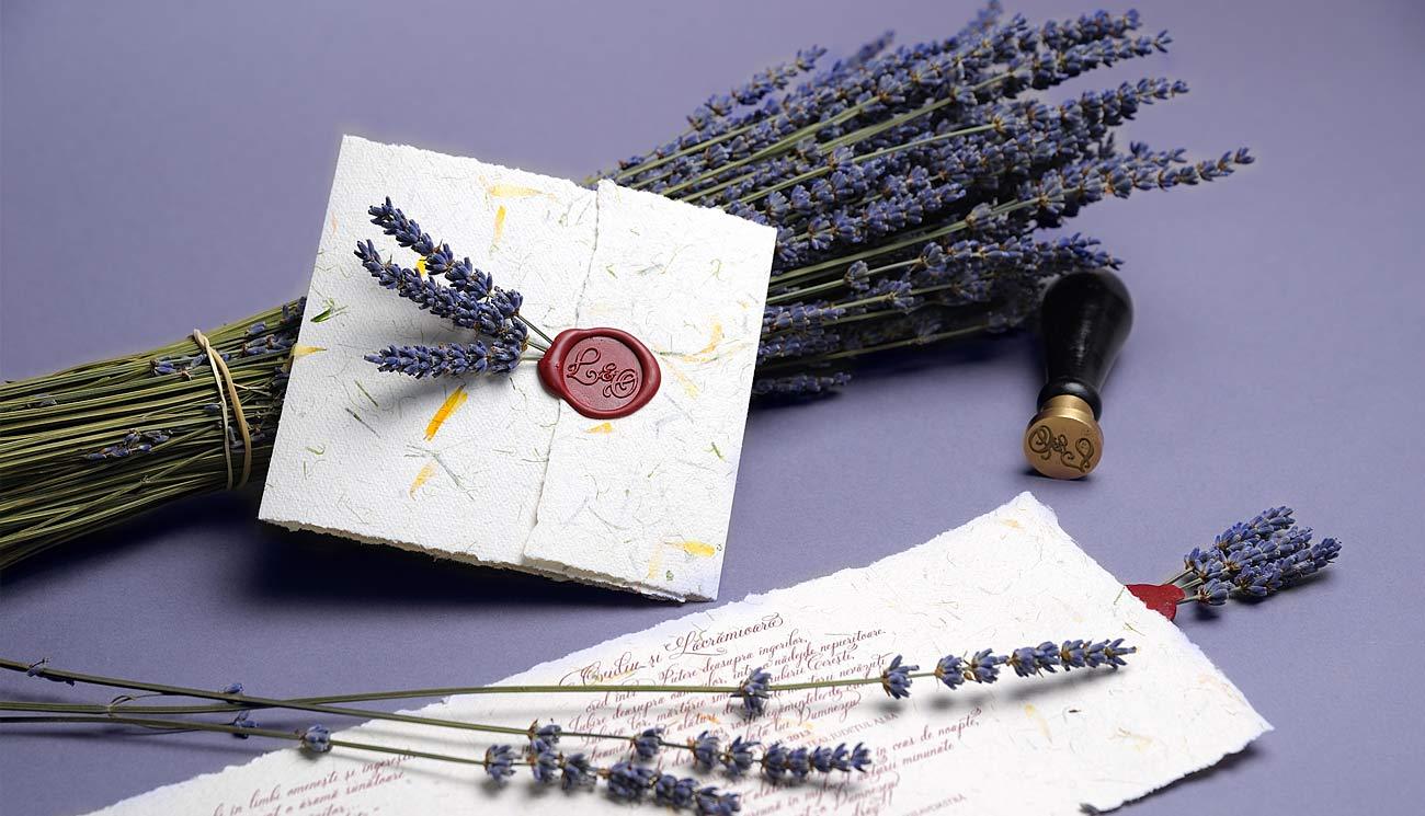Invitatie cu lavanda, sigiliu si hartie manuala cu petale de flori galbene