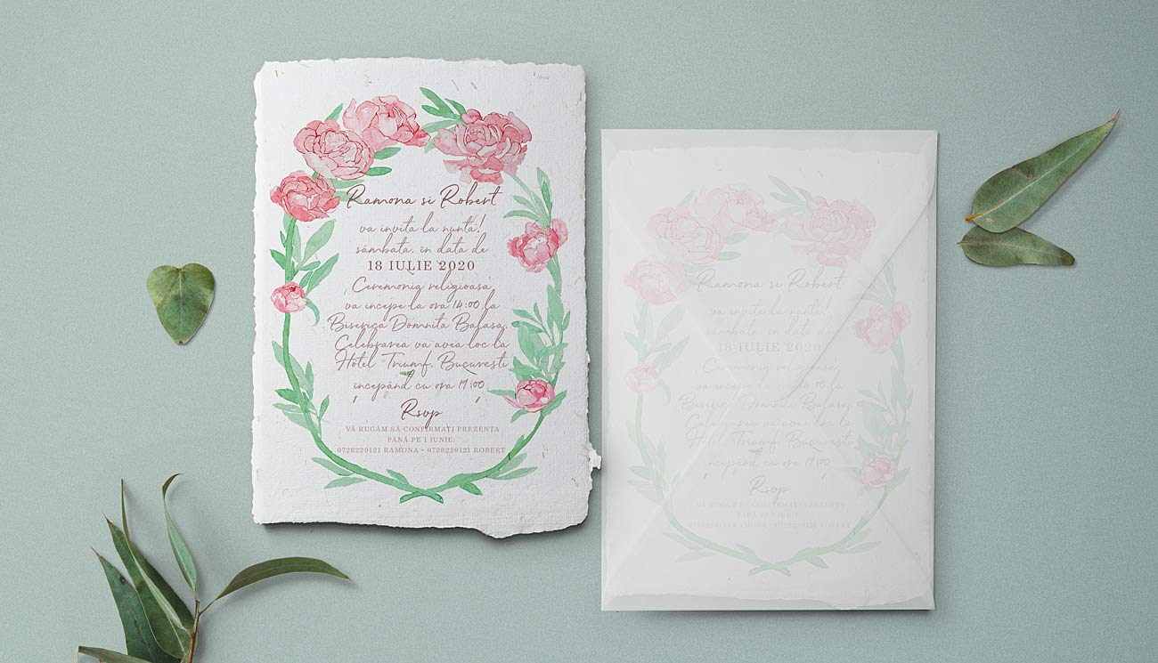 Invitatie cu bujori roz pictati in acuarela, din hartie manuala cu insertii naturale de iarba, plic transparent din calc - culori: verde menta si roz